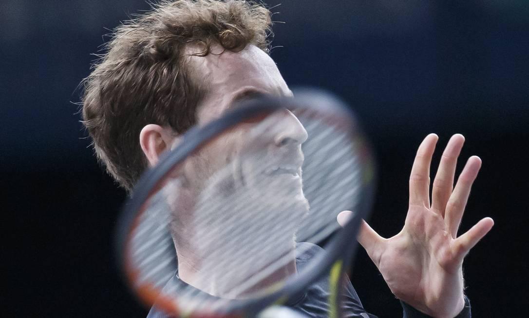 O britânico Andy Murray rebate a bola do francês Richard Gasquet durante a partida de quartas-de final Michel Euler / AP