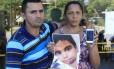 Os pais de Eduardo de Jesus com a foto do menino, morto com um tiro no Alemão