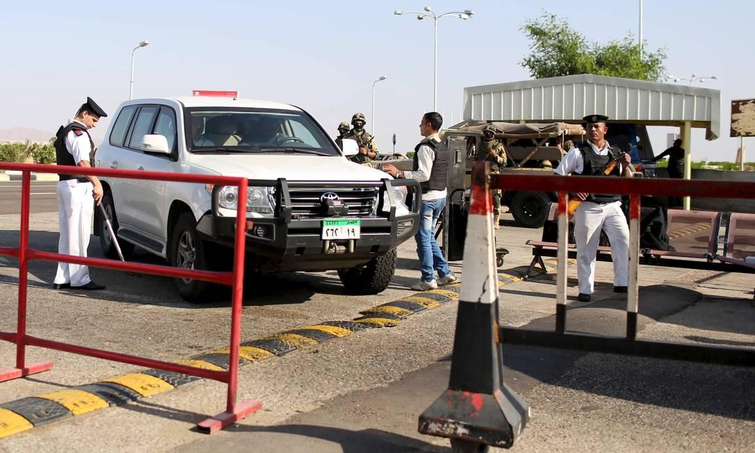 Polícia inspeciona carros que entram no aeroporto de Sharm el-Sheikh Foto: ASMAA WAGUIH / REUTERS
