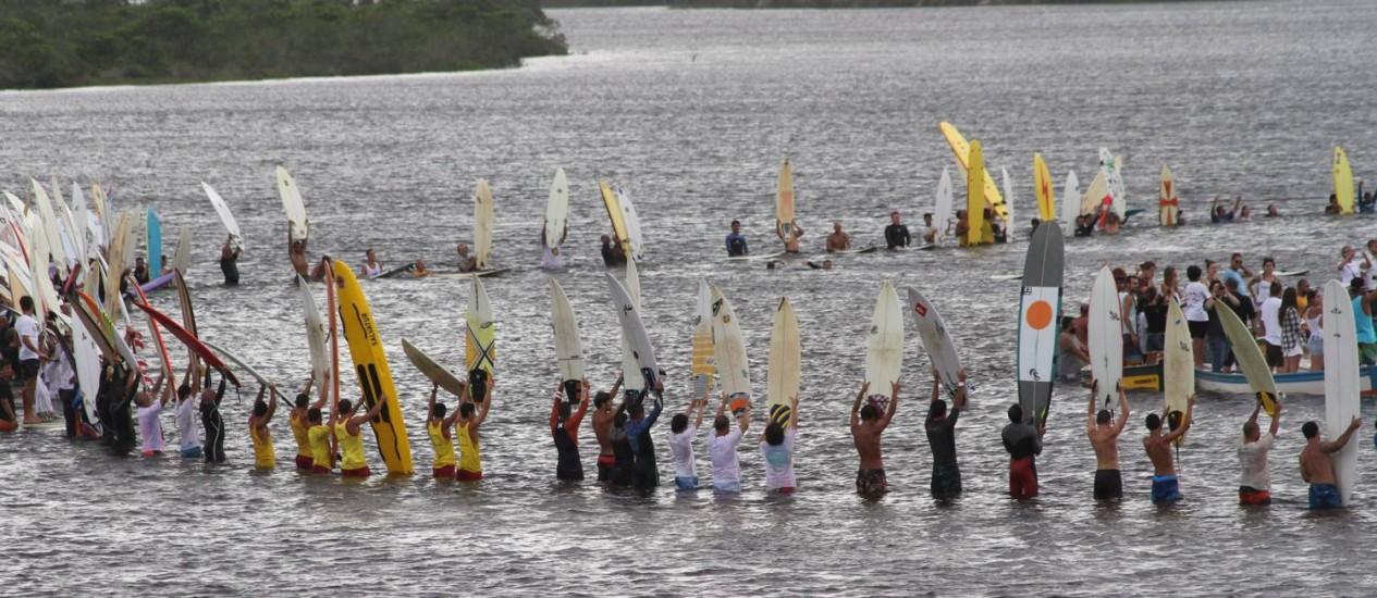 Surfistas, amigos e familiares prestam homenagens ao surfista assassinado Ricardo dos Santos, na praia da Guarda do Embaú, SC, que pode se tornar uma Área de Surfe Protegida (ASP) Foto: Foto: Marcelo Bittencourt/Futura Press/Folhapress