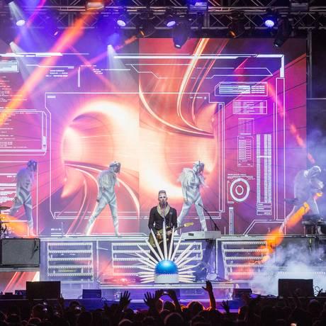 Luke Steele (ao centro) comanda o Empire of the Sun nas turnês Foto: Divulgação
