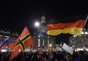 Ascensão. Manifestantes de extrema-direita do Pegida protestam em Dresden: apesar de rechaçarem ideia de extrema-direita no poder, especialistas temem influência de movimentos Foto: Jens Meyer / AP