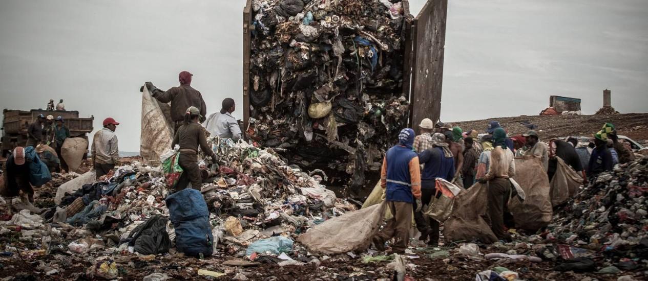 A montanha de lixo produzido em todo o Distrito Federal vai parar no Lixão da Estrutural Foto: André Coelho / Agência O Globo