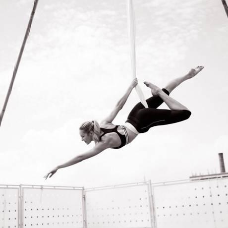 Candice se exercita nos tecidos Foto: Reprodução Instagram