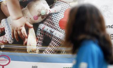 Criança frente a cartaz de campanha sobre violência doméstica e sexual em São Gonçalo Foto: Marcos Tristão / O GLOBO/Arquivo
