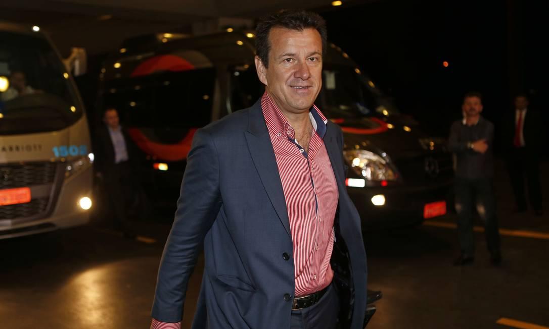 O técnico Dunga aguarda os jogadores em São Paulo, onde a seleção se reúne para enfrentar Argentina, em Buenos Aires, e Peru, em Salvador no dia 17. André Mourão/Mowa Press/Divulgação