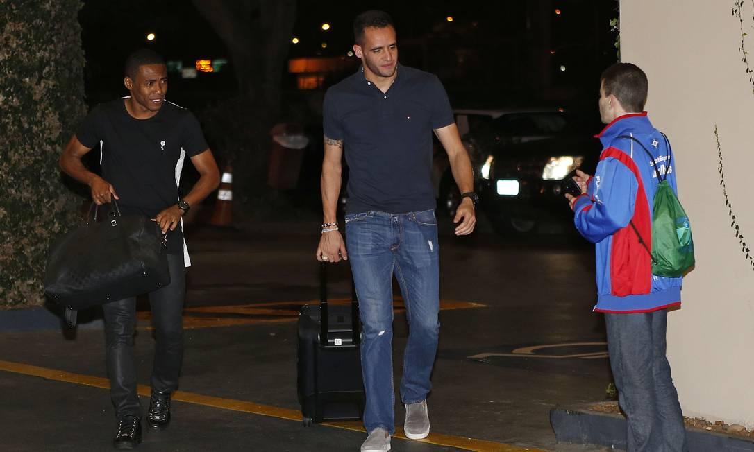 Elias e Renato Augusto chegam juntos à concentração da seleção brasileira André Mourão/Mowa Press/Divulgação