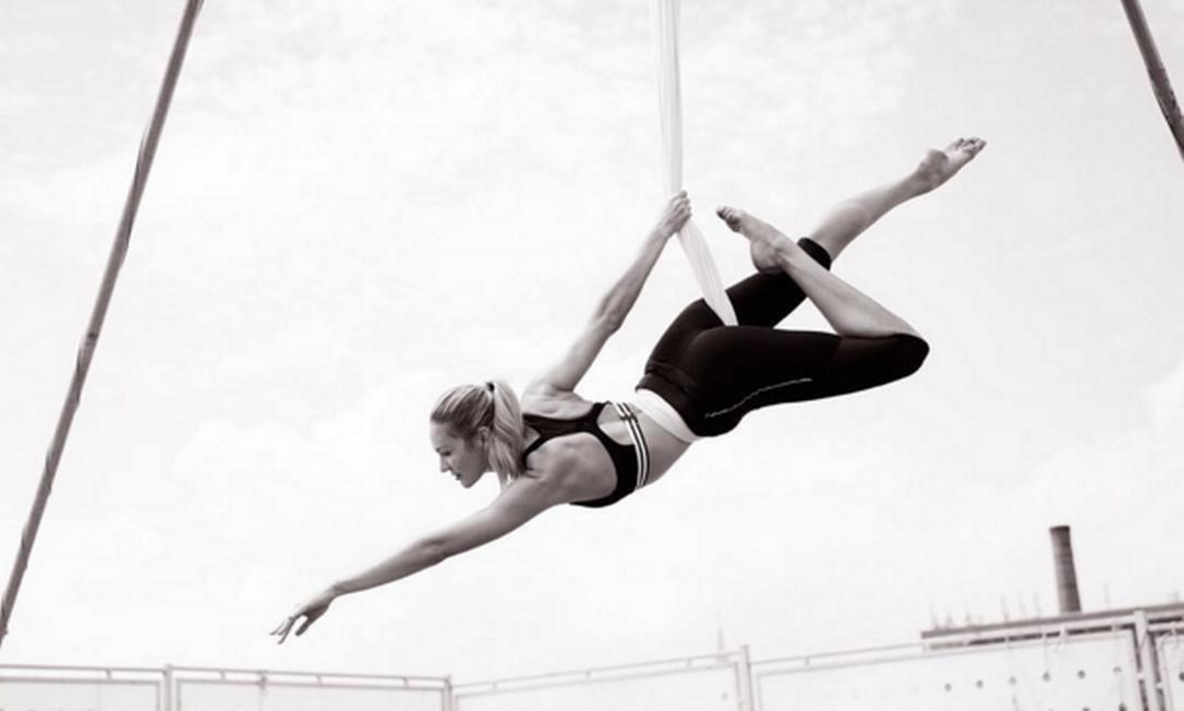 Candice Swanepoel, a top da barriga negativa, não é do time de puxar ferro. A modelo tem mostrado em seu Instagram que prefere os trabalhos de equilíbrio e suspensão com fitas Instagram