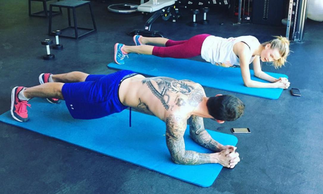Casada com Adam Levine, do Maroon 5, Behati Prinsloo tem tido ajuda do marido na malhação. A prancha é certeza de barriga sarada na passarela Instagram