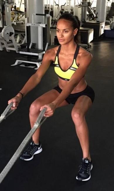 Gracie Carvalho, outra brasileira no casting, é fã do agachamento para preparar pernas e bumbum Instagram