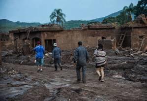 Em meio ao cenário de destruição, moradores buscam pertences Foto: Antonio Cruz / Agência Brasil