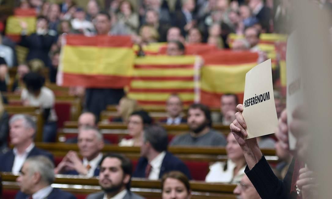 """Parlamentares secessionistas exibem placa com termo """"referendo"""", pedindo avanço do processo Foto: LLUIS GENE / AFP"""