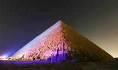A Pirâmide de Quéops, a maior das pirâmides de Gizé, é analisada com a tecnologia de infravermelhos Foto: MOHAMED ABD EL GHANY / REUTERS
