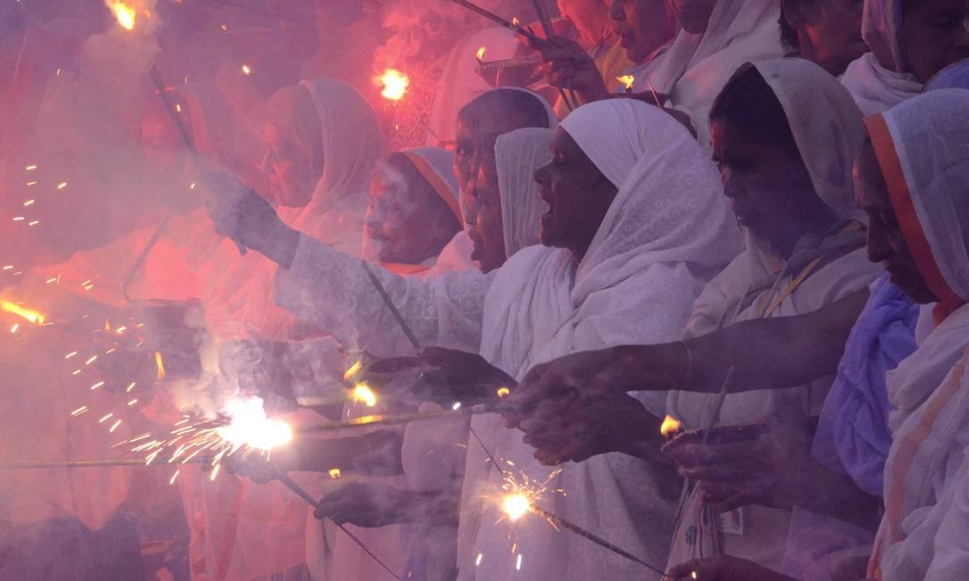 Festival acontece anualmente e comemora a vitória de Sri Krishna sobre Narakasura, que representa o mal STRINGER/INDIA / REUTERS