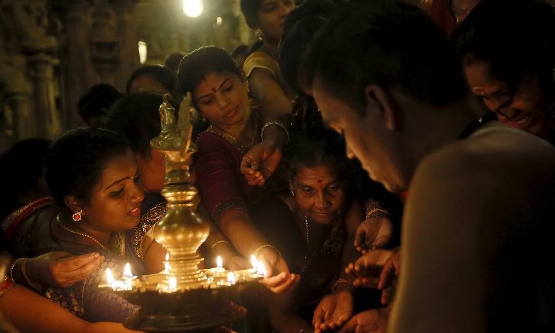 No Sri Lanka, devotos rezam durante o Diwali DINUKA LIYANAWATTE / REUTERS