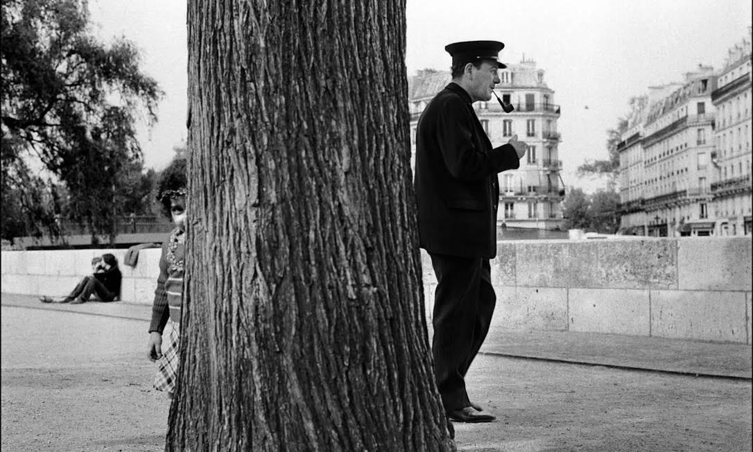 Menina se esconde atrás da árvore à beira do rio Sena Chico Mascarenhas