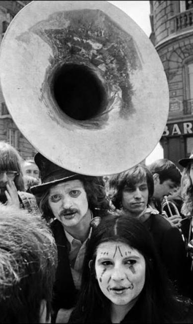 No meio de uma manifestação, Chico encontrou uma banda com ares circenses Chico Mascarenhas