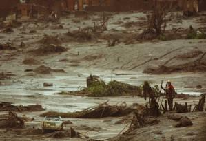 Bombeiros fazem buscas por desaparecidos no distrito de Bento Rodrigues, três dias depois do rompimento de duas barragens de rejeitos de mineração Foto: Daniel Marenco / Agência O Globo / Arquivo 08/11/2015