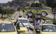 Taxistas interditam o Viaduto 31 de Março durante protesto contra o Uber