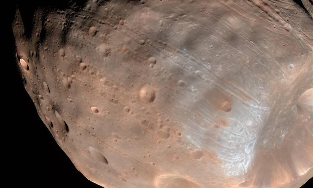 Imagem da lua marciana de Phobos mostra as fendas que parecem irradiar da cratera Stickney, mas que de acordo com novo modelo seriam marcas de estresse causadas pela gravidade de Marte Foto: NASA/JPL-Caltech/Universidade do Arizona