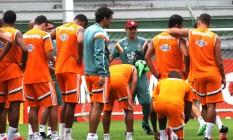 Eduardo Baptista conversa com os jogadores do Fluminense Foto: Divulgação
