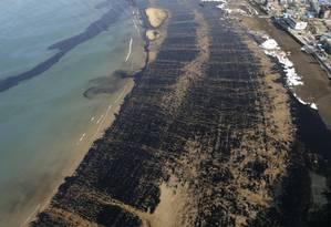 Derrame de petróleo em Hong Kong chega à praia: combustíveis fósseis têm mais investimento do que energias renováveis Foto: Reuters/9-12-2007