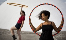 Lia (à esquerda) e Pitila, além de darem aulas da atividade, confeccionam artesanalmente os bambolês, que vendem em encontros e pela internet Foto: Mônica Imbuzeiro / Mônica Imbuzeiro