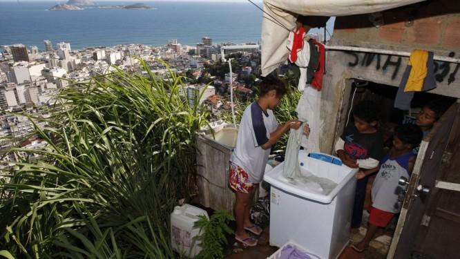 Moradores na favela do Pavão Pavãozinho, no bairro de Copacabana, no Rio Foto: Domingos Peixoto