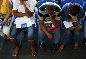 Desempregados aguardam atendimento na Secretaria de Estado de Trabalho e Renda no Centro do Rio Foto: Custódio Coimbra