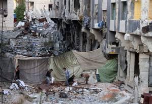 Combatentes da oposição rebelde erguem uma barricada em uma zona devastada da cidade síria de Daraa: civis são os que mais sofrem Foto: MOHAMAD ABD ABAZID/AFP