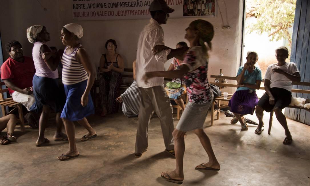 Exibição de dança tradicional no centro comunitário do quilombo de Córrego do Rocha, na Chapada do Norte Gustavo Miranda / Agência O Globo