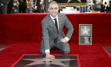 Daniel Radcliffe posa com sua estrela na Calçada da Fama, em Hollywood Foto: DANNY MOLOSHOK / REUTERS
