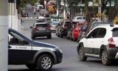Motoristas avançam pela contramão na Vinte e Dois de Novembro antes do cruzamento com a Alameda Foto: Agência O Globo