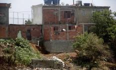 Construção ultrapassa área demarcado por muro e encharca terreno com despejo de esgoto na encosta Foto: Gustavo Stephan / Agência O Globo
