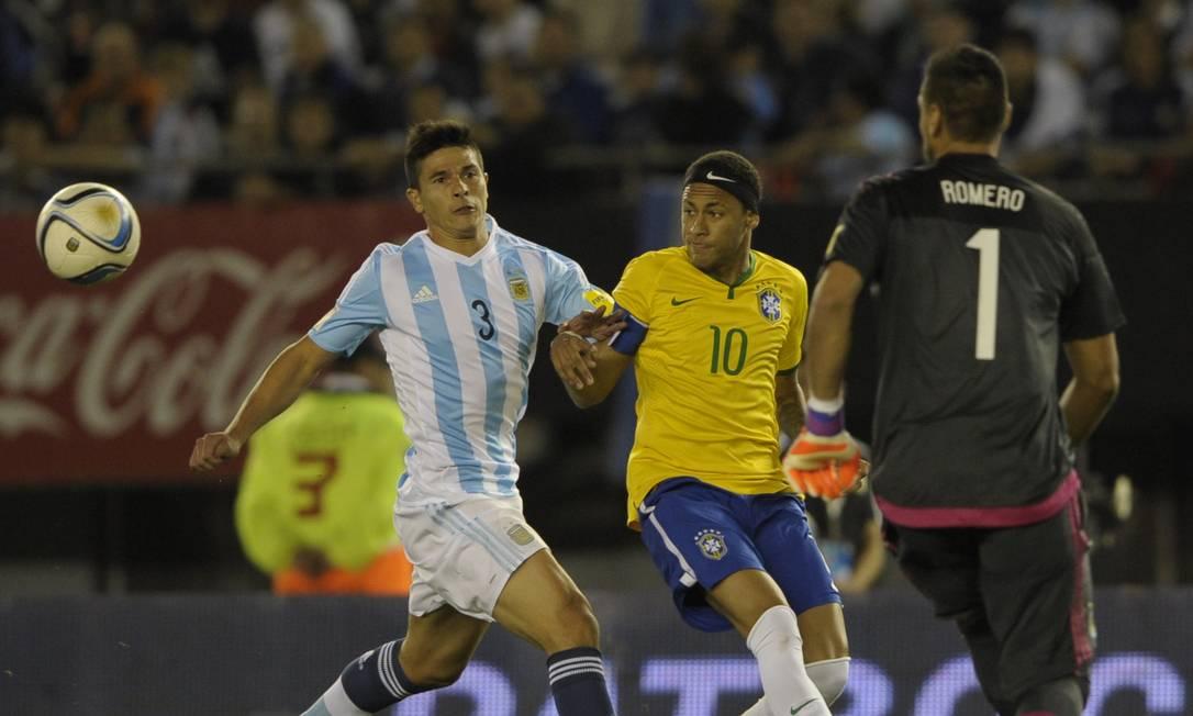 Neymar sofre a marcação de Roncaglia no Monumental de Núñez ALEJANDRO PAGNI ALEJANDRO PAGNI / AFP