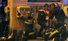 Terror. Bombeiros atendem feridos no atentado à casa de shows Bataclan, em Paris Foto: Christian Hartmann 13/11/2015 / Reuters