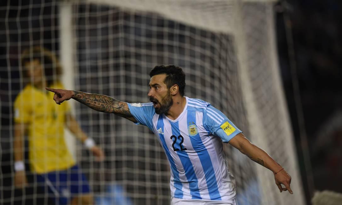 Lavezzi comemora o gol que abriu o placar EITAN ABRAMOVICH / AFP