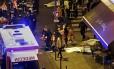 Bombeiros resgatam um ferido próximo à casa de espetáculos Bataclan após ataques terroristas ocorridos em Paris. Mais de 160 pessoas foram mortas em diversas tiroteios e explosões em diferentes regioes da capital francesa