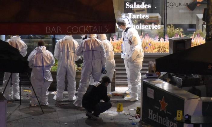 Especialistas forenses periciam local de um dos atentados em Saint-Denis, próximo ao Stade de France, onde ocorreram duas explosões Foto: FRANCK FIFE / AFP
