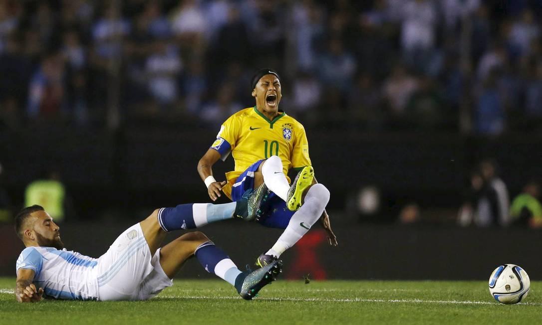 Neymar grita de dor ao ser derrubado por Otamendi no Monumental de Núñez MARCOS BRINDICCI / REUTERS