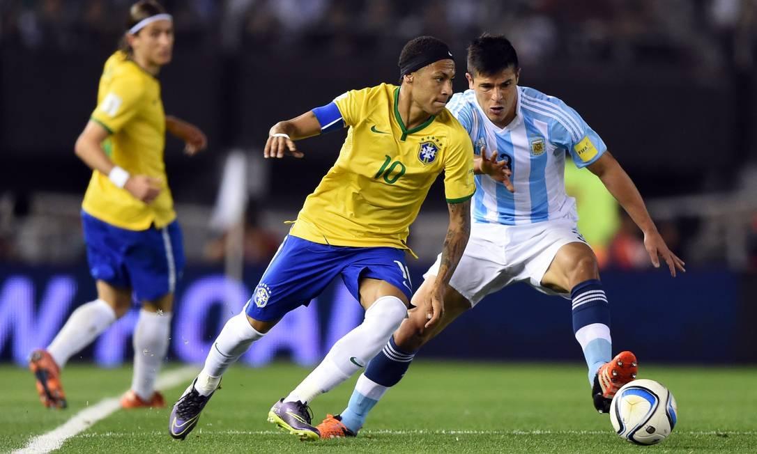 Neymar recebe a marcação de Roncaglia em Buenos Aires EITAN ABRAMOVICH / AFP