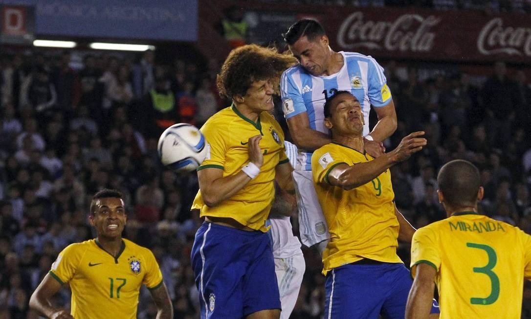 David Luiz e Ricardo Oliveira disputam a bola com Mori ENRIQUE MARCARIAN / REUTERS