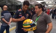 Anibal Alves pega o autógrafo do australiano Daniel Ricciardo, da RBR, em Interlagos Foto: Arquivo pessoal