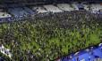 Torcedores se aglomeram no campo do Stade de France após o fim do amistoso entre França e Alemanha, marcado por atentado que deixou centenas de mortos