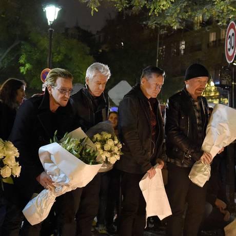 Bono, Adam Clayton, Larry Mullen Jr e The Edge se reuniram em frente ao Bataclan Foto: FRANCK FIFE / AFP