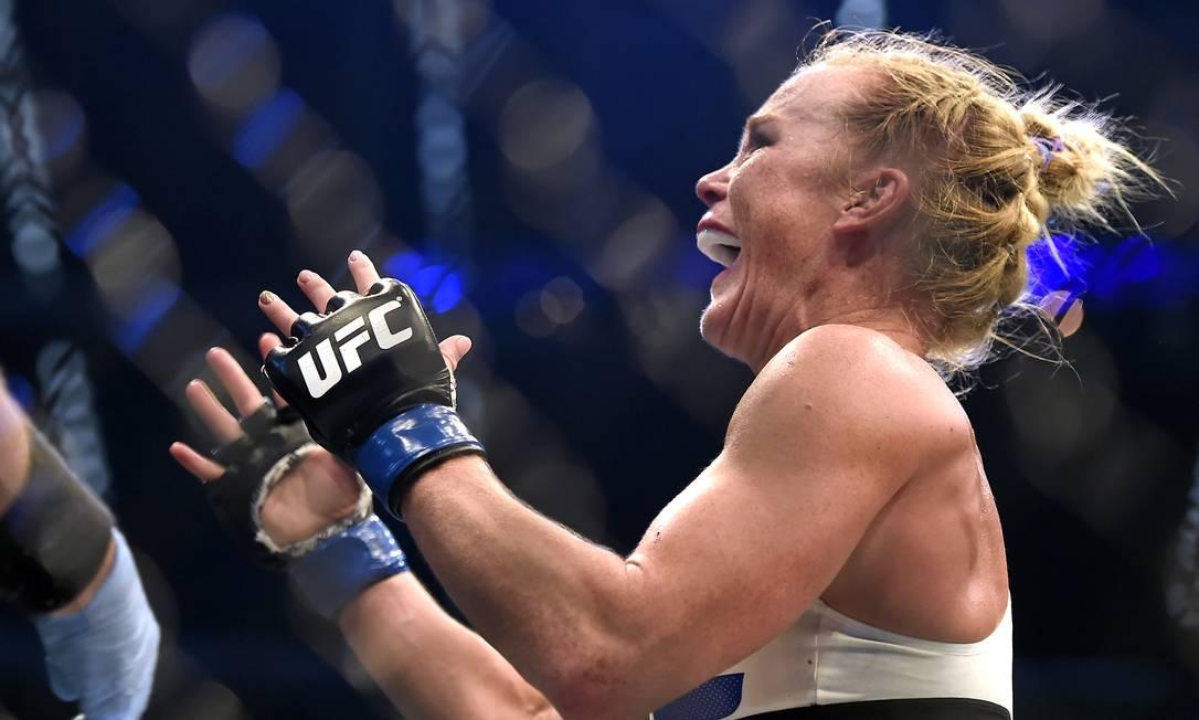 Holly Holm comemora com entusiasmo, ainda no cotógono, instantes depois de nocautear a até então invencível Ronda Rousey no UFC 193 Andy Brownbill / AP