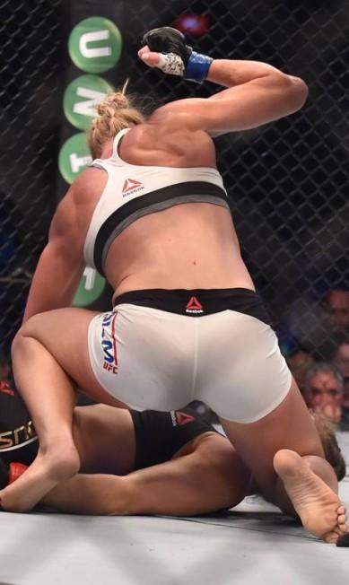 Holly Holm se abaixa e só completa o serviço com dois socos numa Ronda Rousey já entregue e sem consciência, segundos antes da interrupção do árbitro PAUL CROCK / AFP