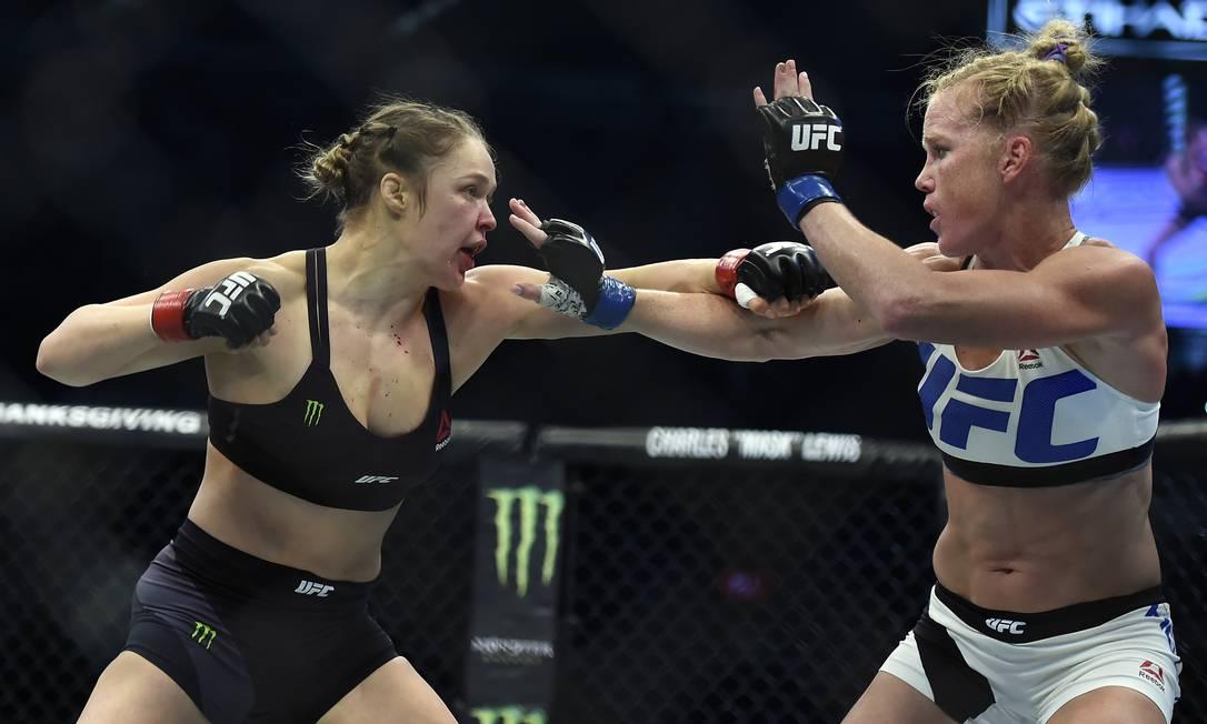 As tentativas de Ronda Rousey foram bem marcadas e bloqueadas por Holly Holm Andy Brownbill / AP
