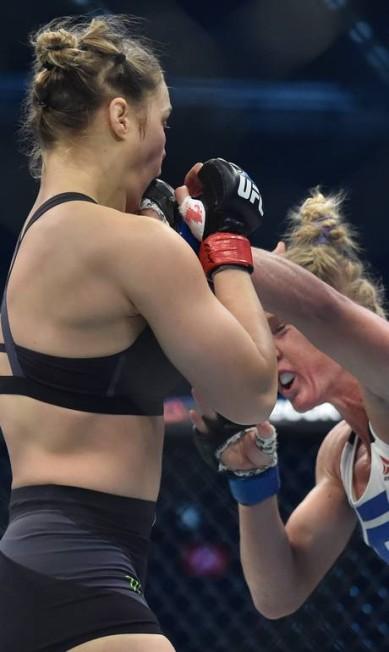 Os diretos de esquerda de Holly Holm fizeram estrago algumas vezes no rosto da também americana Ronda Rousey, que nunca tinha sido tão golpeada assim em sua carreira no MMA PAUL CROCK / AFP