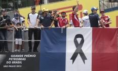 Homenagem ao povo francês, vítima de atentados terroristas: pilotos desfilam antes do GP do Brasil, em Interlagos, com bandeira da França e sinal de luto Foto: Pedro Kirilos / Agência O Globo